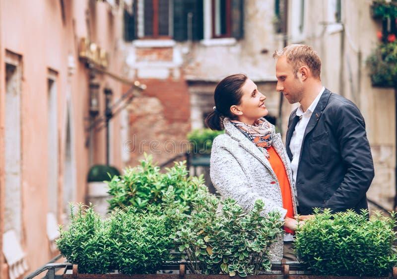 Para małżeńska pobyt na moscie w Wenecja obrazy stock