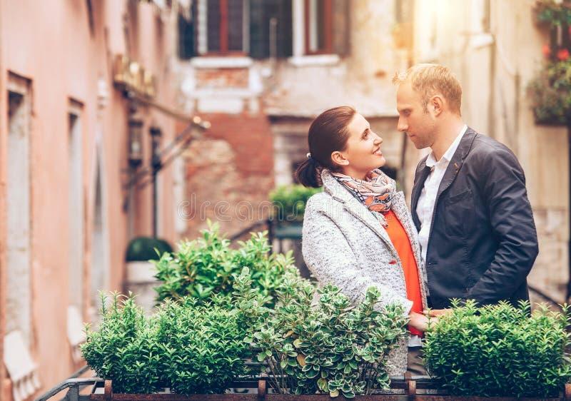 Para małżeńska pobyt na moscie w Wenecja zdjęcie royalty free
