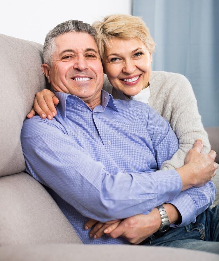 Para małżeńska rozumie each inny, kocha i jest szczęśliwa w h zdjęcie stock