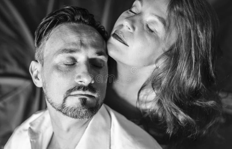 Para małżeńska w sypialni, odgórny widok, salowy, dzień zdjęcie stock