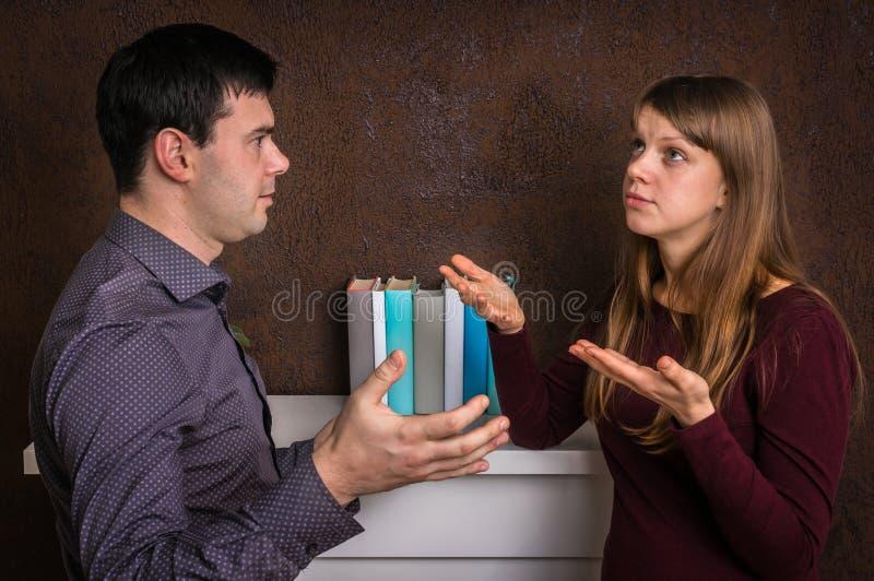 Para ma argument - rodzinny bełta pojęcie zdjęcie stock