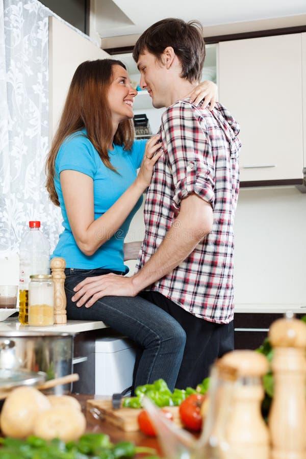 Para ma płeć przy domową kuchnią fotografia royalty free