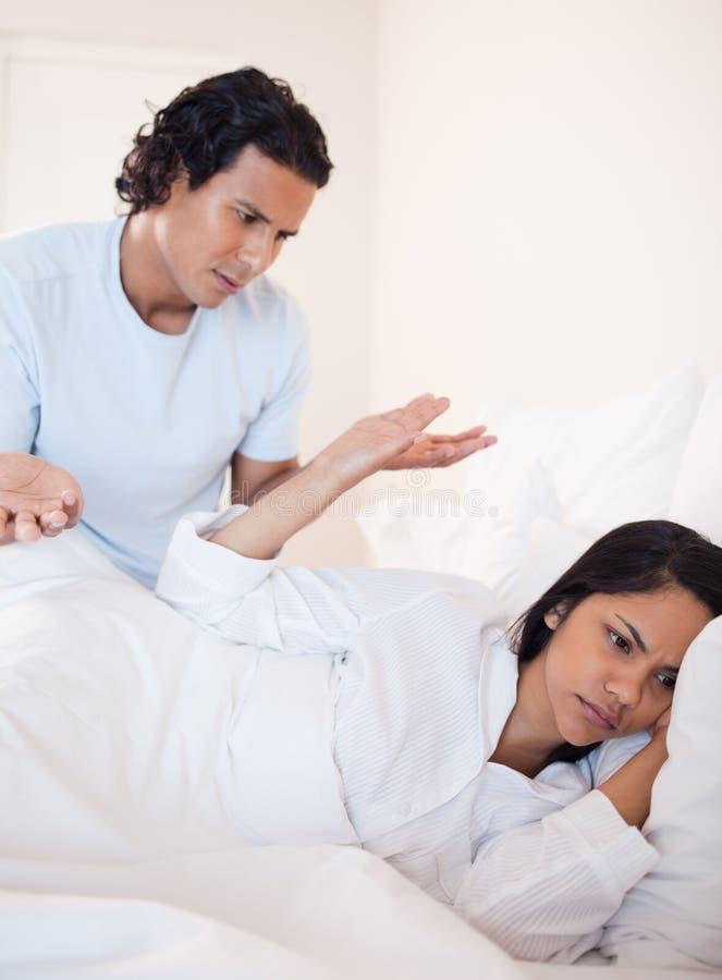 Para ma spór w łóżku obrazy stock