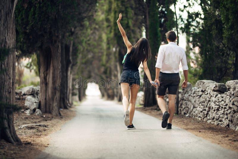 Para ma spacer w naturze Robić firmy Stres uwalnia, wolności uczucie Szczęście i mindfulness Spokojny związek Duszy mata zdjęcie stock
