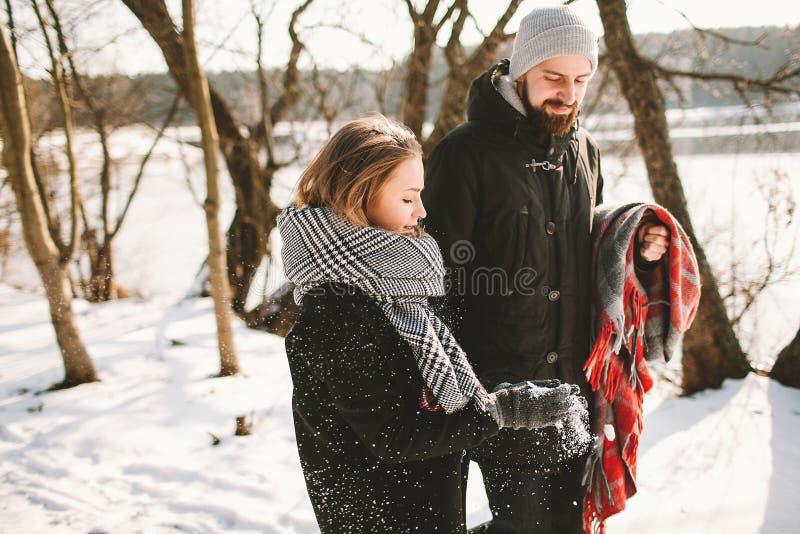 Para ma spacer w zima parka blisko marznącym jeziorze obrazy stock