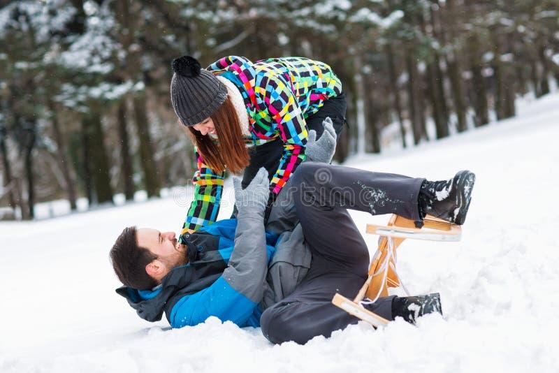 Para ma zabawę na śnieżnym zima dniu zdjęcia royalty free