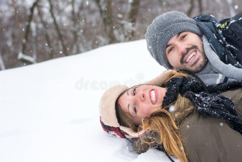 Para ma zabawę w śnieg zakrywającym parku fotografia royalty free