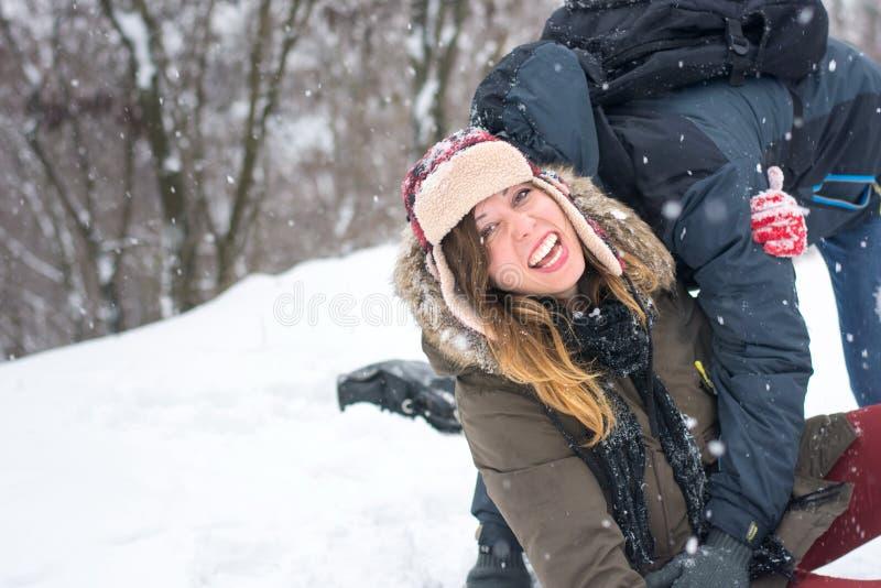 Para ma zabawę w śnieg zakrywającym parku fotografia stock