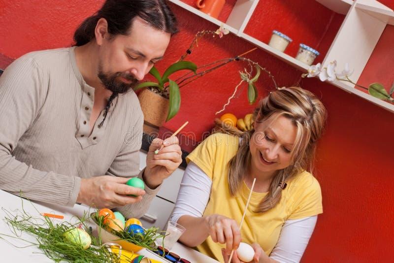 Para maluje Wielkanocnych jajka wpólnie fotografia royalty free