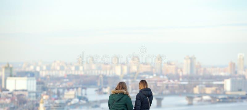 Para mirar el panorama de la ciudad fotos de archivo libres de regalías
