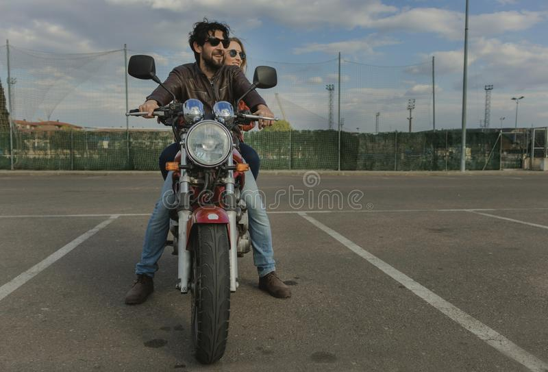 Para motocykliści na retro stylowym motocyklu obraz royalty free