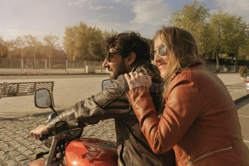 Para motocykliści na retro stylowym motocyklu obraz stock