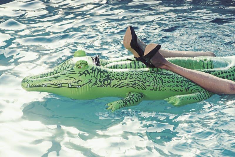 Para murzynki ` s buty heeled robi? od krokodyl sk?ry w p?ywackim basenie zdjęcie stock