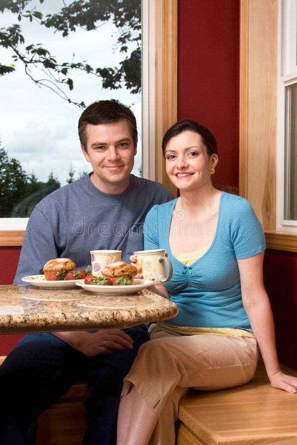 para na śniadanie do domu uśmiecha pionowe fotografia royalty free