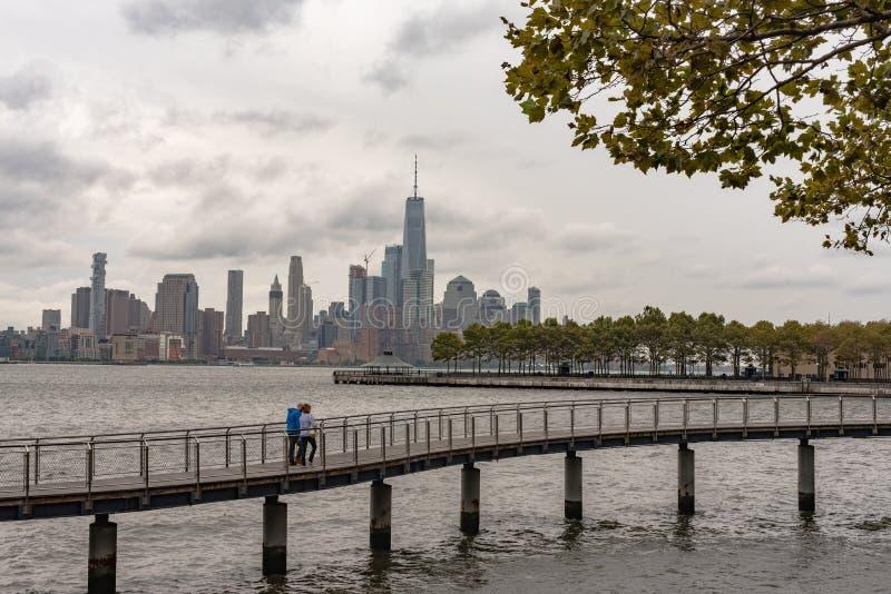 Para na deptaku z NY miasta linią horyzontu w tle obrazy stock