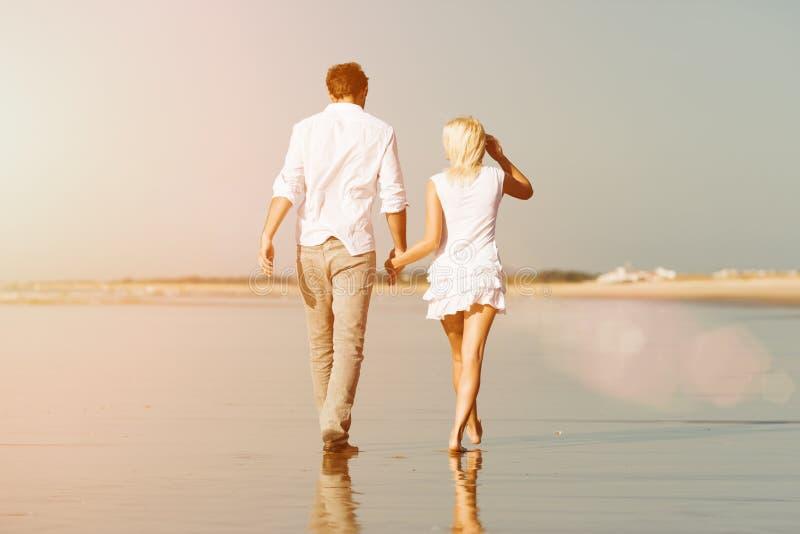 Para na plaży w wakacje zdjęcia stock