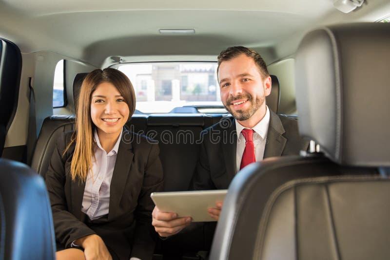 Para na podróży służbowej samochodem zdjęcie stock