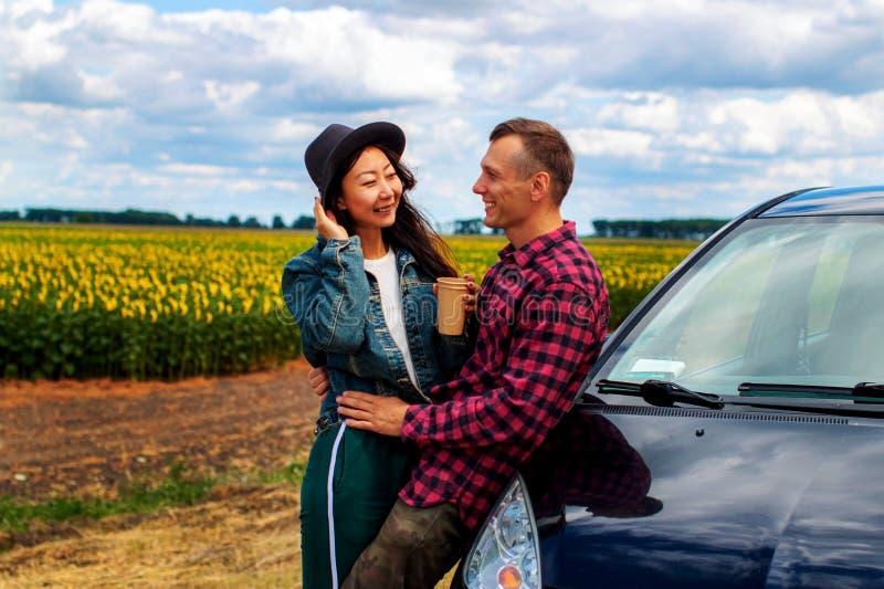 Para na samochodowej wycieczki samochodowej podróży ma kawowej przerwy outdoors ono uśmiecha się szczęśliwy obrazy stock