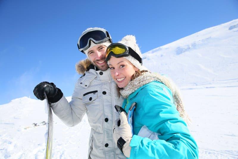 Para narciarki przewodzi w dół skłony zdjęcia royalty free