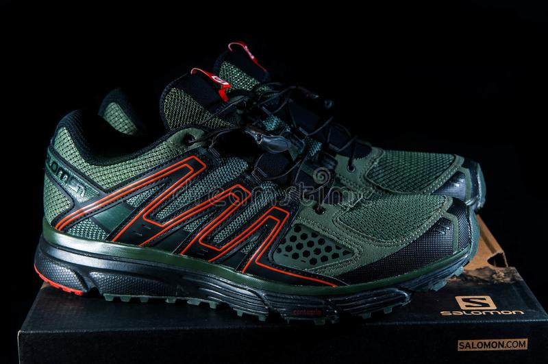 Para nowi Salomon misi 3 sporta buty odizolowywający na czarnym tle zdjęcia stock