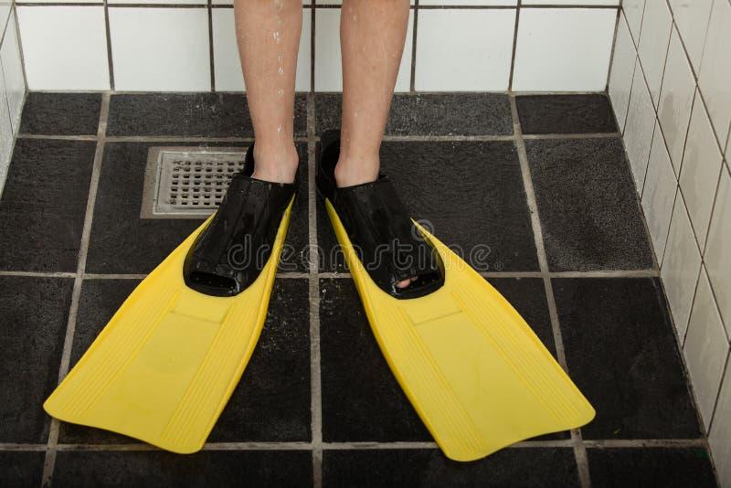 Para nurkowi flippers na ciekach w prysznic kramu obrazy stock
