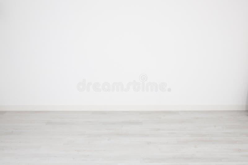 Para o fundo ou o papel de parede branco assoalho de parquet descorado e parede branca vazia fotos de stock royalty free