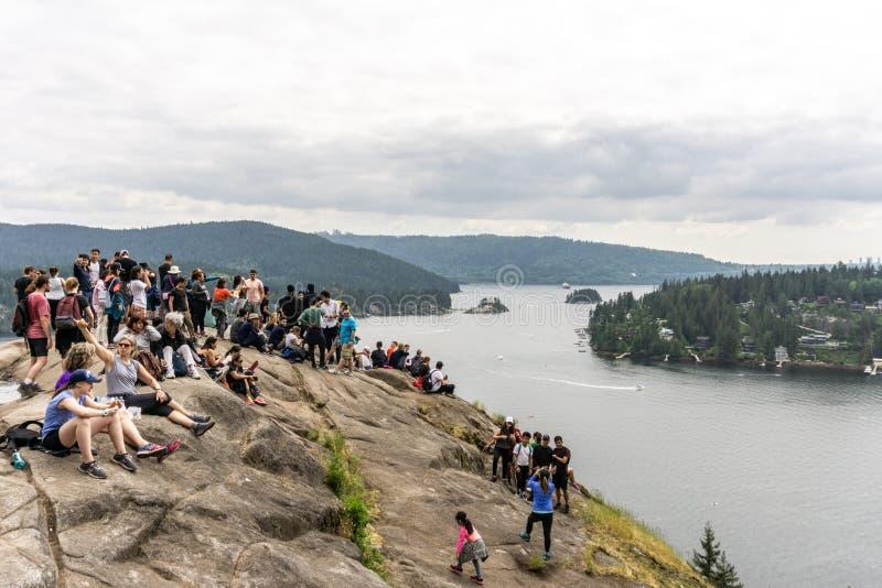 PARA O NORTE VANCÔVER, CANADÁ - 21 de maio de 2018: povos sobre a vigia da rocha da pedreira no dia de mola nebuloso fotos de stock