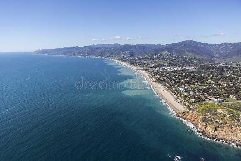 Para o oeste e Zuma encalha a antena de Malibu Califórnia fotografia de stock royalty free