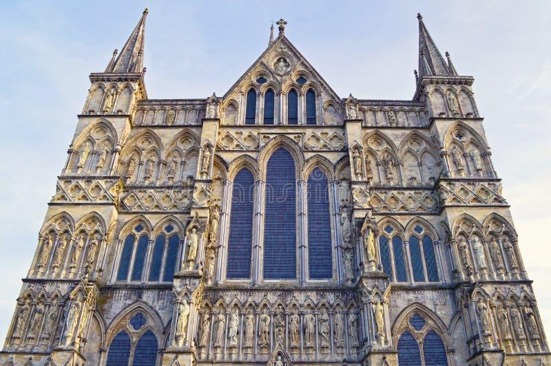 Para o oeste parte dianteira da catedral da Virgem Maria abençoada, Wi de Salisbúria fotos de stock royalty free
