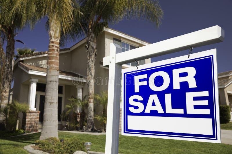 Para o sinal e a casa dos bens imobiliários da venda foto de stock royalty free