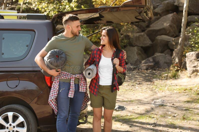 Para obozowicze z sypialną torbą i matowym pobliskim samochodem zdjęcie stock
