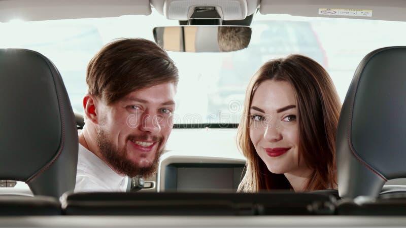 Para obraca ich twarze tylne siedzenie wśrodku samochodu zdjęcie royalty free