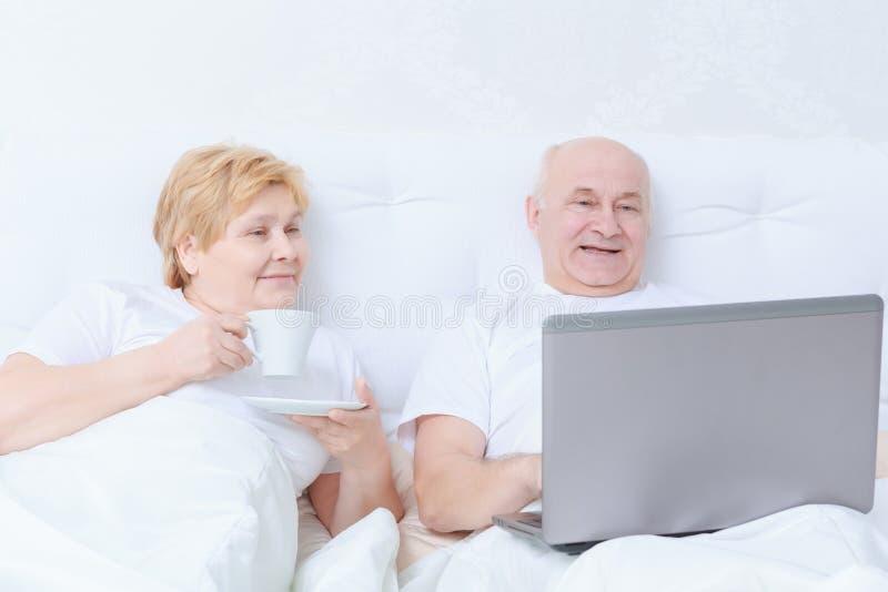 Para oddziała wzajemnie w łóżku zdjęcie stock