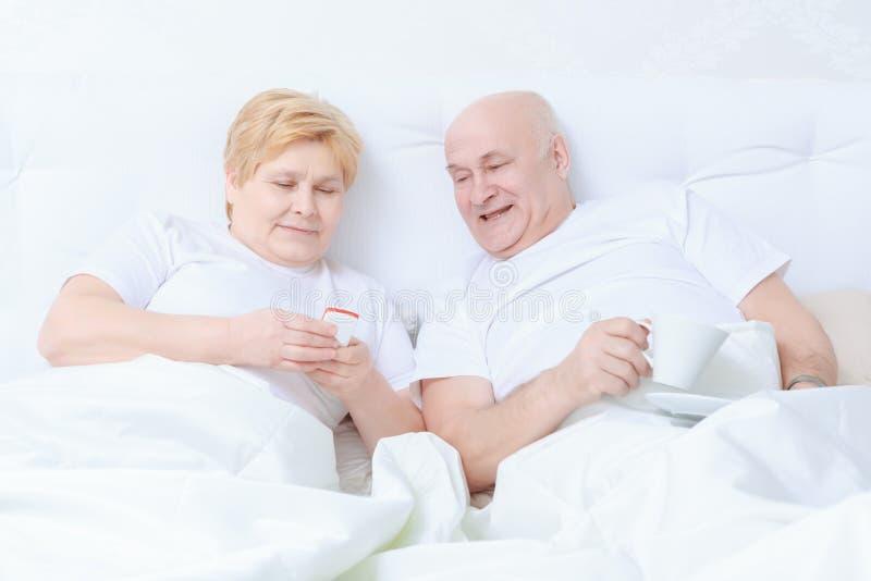 Para oddziała wzajemnie w łóżku zdjęcia stock