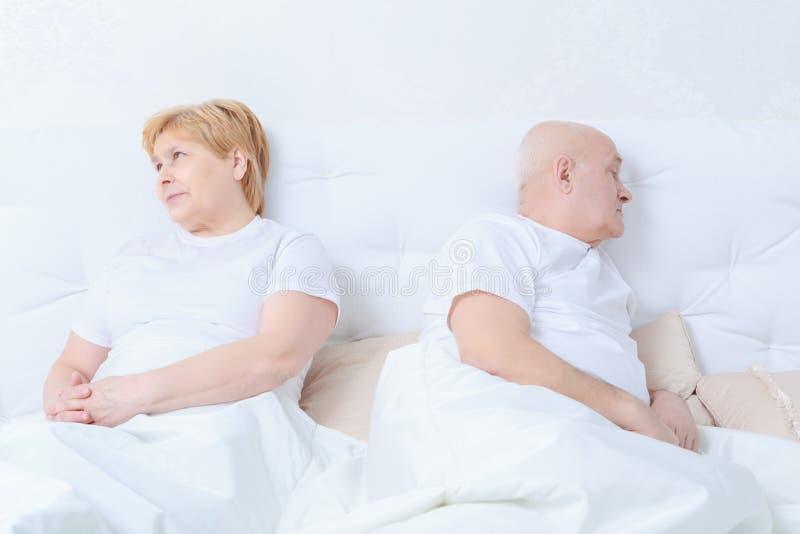 Para oddziała wzajemnie w łóżku obrazy royalty free