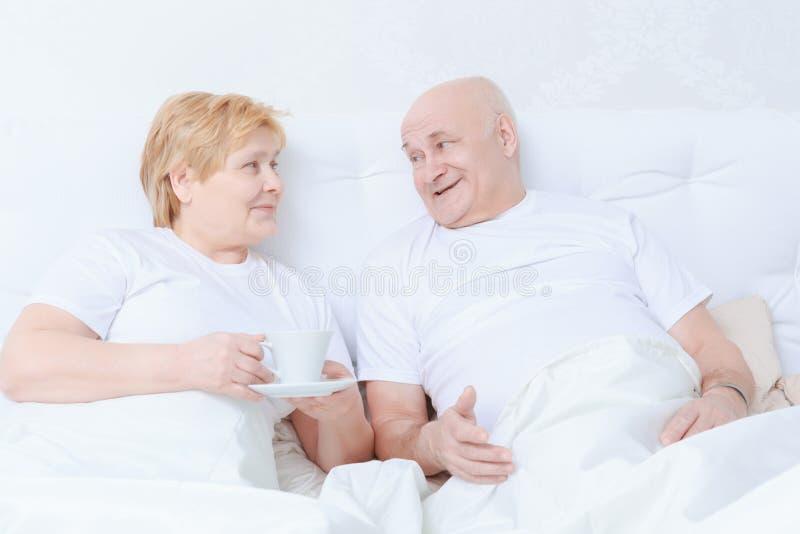 Para oddziała wzajemnie w łóżku obrazy stock