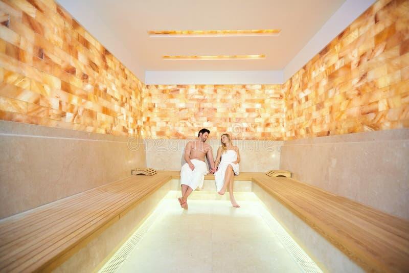 Para odpoczywa w sauna w ręcznikach fotografia stock