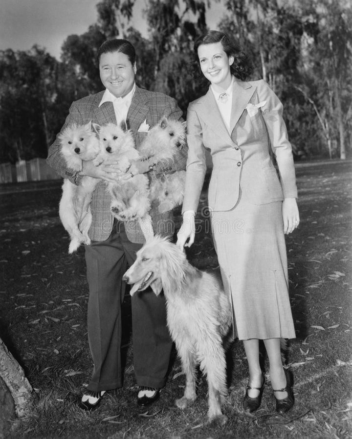 Para, outside szczeniaki z psem i (Wszystkie persons przedstawiający no są długiego utrzymania i żadny nieruchomość istnieje Dost obrazy royalty free