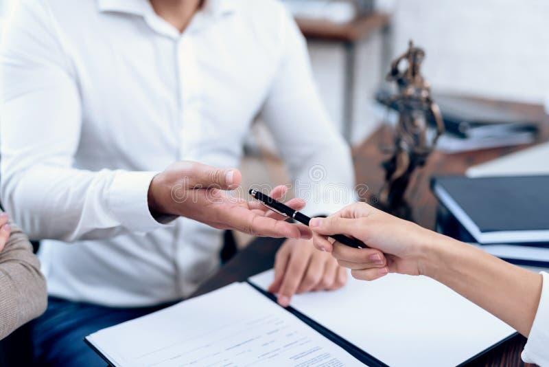 Para pójść prawnik wnioskować zgodę na rozwodzie obrazy stock