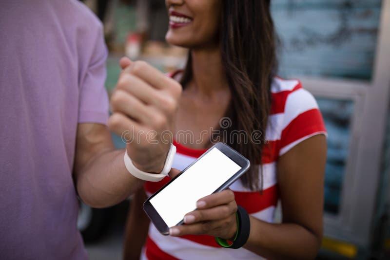 Para płaci rachunek przez smartwatch obrazy royalty free