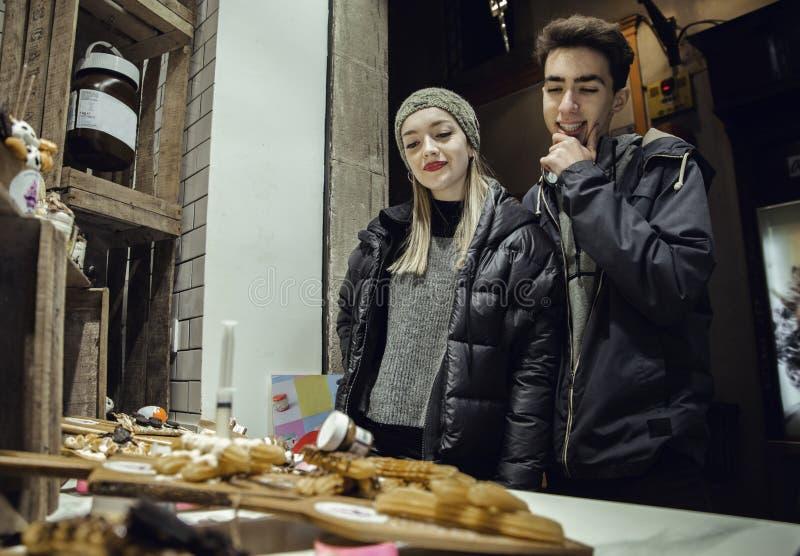Para patrzeje cukierku sklep obrazy royalty free