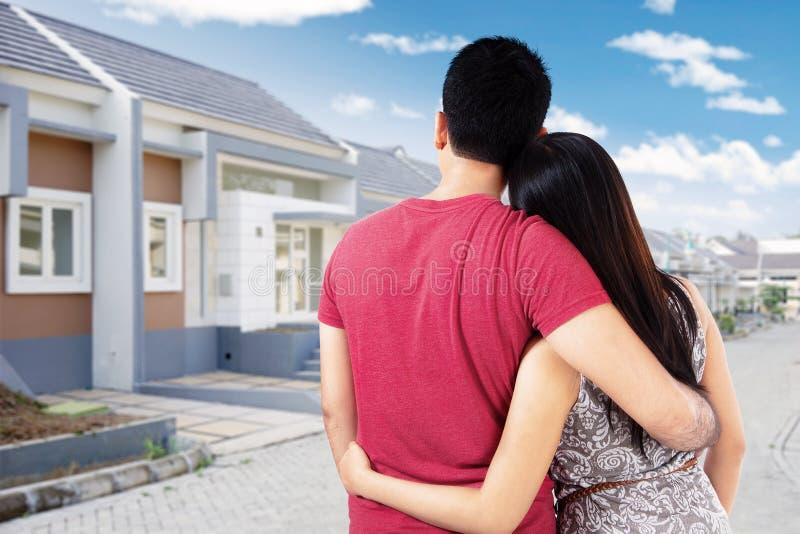 Para patrzeje mieszkaniową budowę zdjęcie royalty free