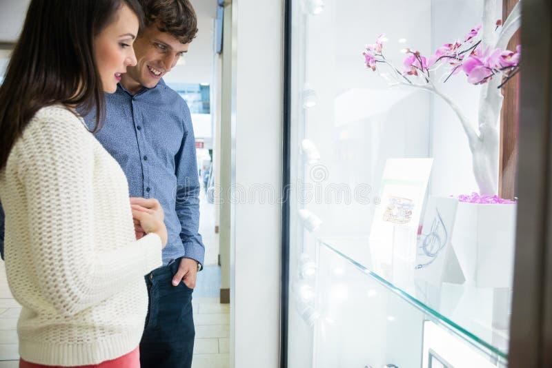 Para patrzeje nadokiennego pokazu zdjęcia stock
