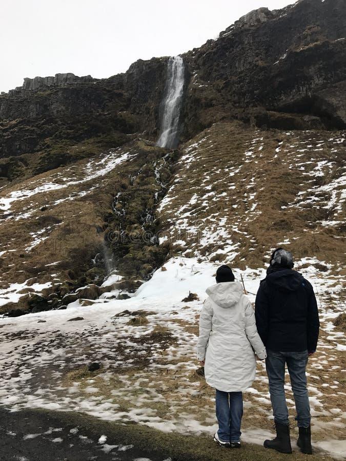 Para patrzeje siklawę w Iceland obraz royalty free