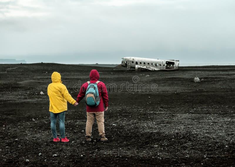 Para patrzy na katastrofÄ™ rozbitego samolotu obrazy stock
