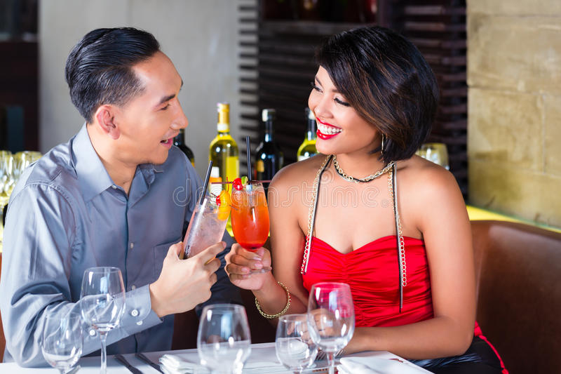 Para pije koktajle w fantazja barze obrazy stock
