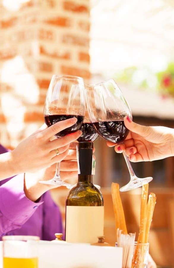 Para pije wino zdjęcie royalty free