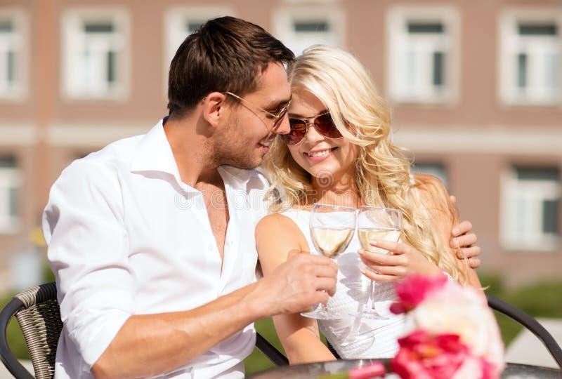 Para pije wino w kawiarni zdjęcia stock