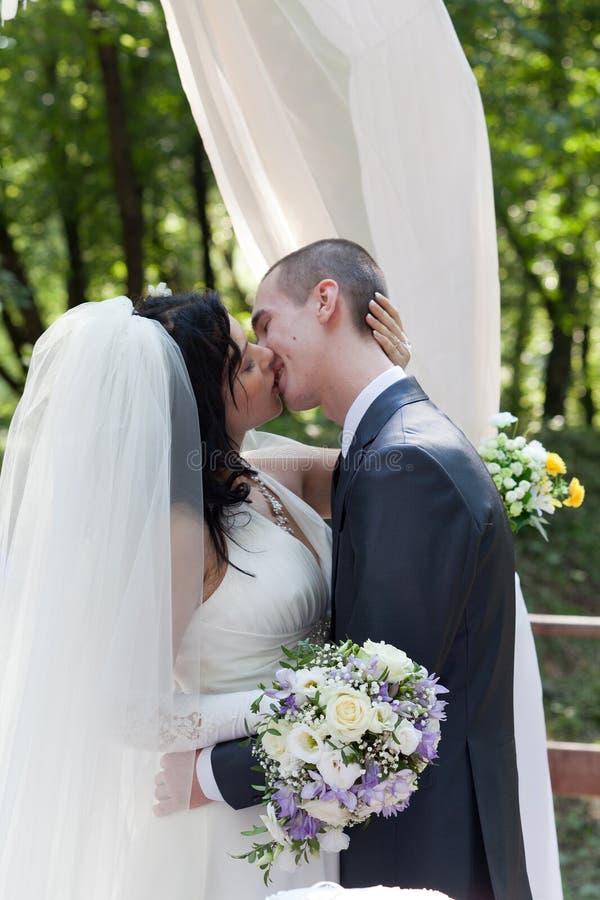 Para poślubiający buziak zdjęcia royalty free