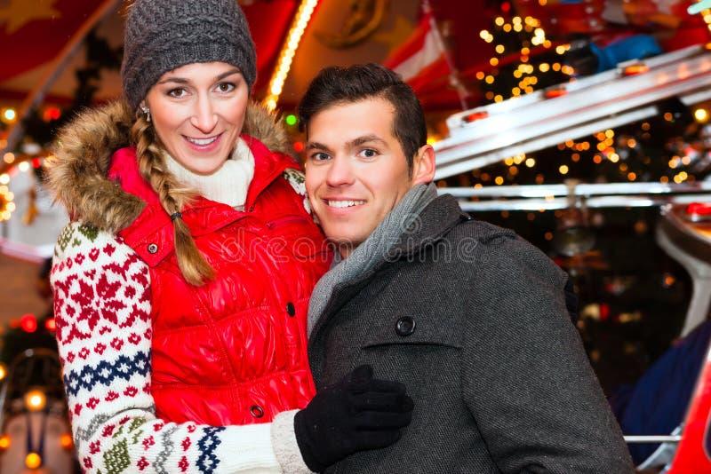 Para podczas Bożenarodzeniowego rynku lub nastania sezonu zdjęcie royalty free